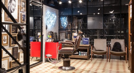 Experiência de marca: a Dr. Jones armou uma barbearia-conceito dentro das lojas da Reserva.