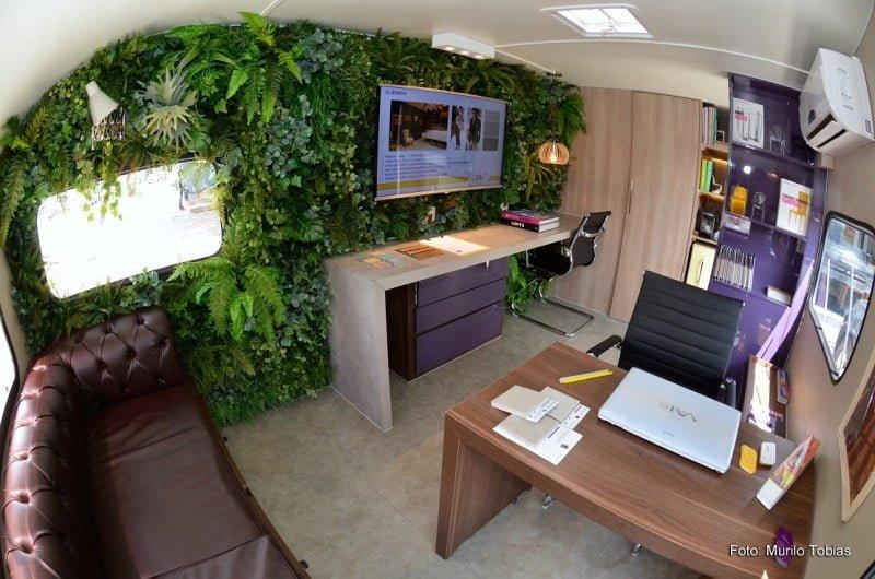 O interior do trailler-escritório da Upik tem dicas práticas de aproveitamento de espaço.