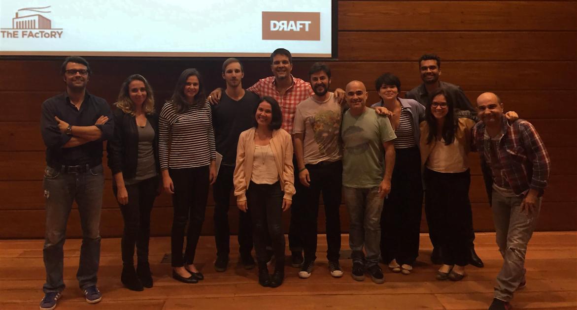 Adriano (de camisa quadriculada, ao centro) e os participantes da aula na Academia Draft.