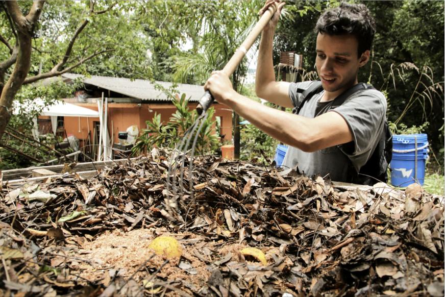 Lucas prepara a compostagem no Parque do Martelo, no Humaitá, no Rio.