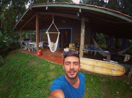 Rafael na casa de praia, no litoral paulista, onde teve a ideia de fazer um sorvete natural de verdade.