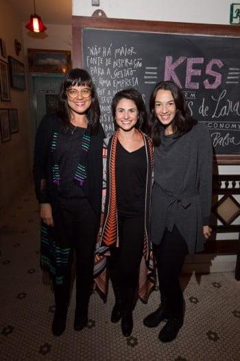 As sócias do KES, Carla Mayumi e Maria Juliana Giraldo, ao lado da jornalista e mediadora de um evento, Mariana Castro.