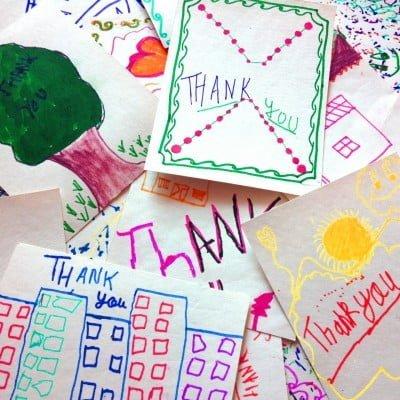 Ao comprar um item da Happee, você o recebe com um cartão de agradecimento feito pelas crianças beneficiadas pela marca.