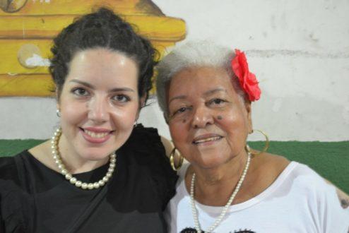 Hilaine Yaccoub ao lado de dona Eunice, uma das matriacas da favela Barreira do Vasco, onde morou por quase quatro anos em pesquisa acadêmica.