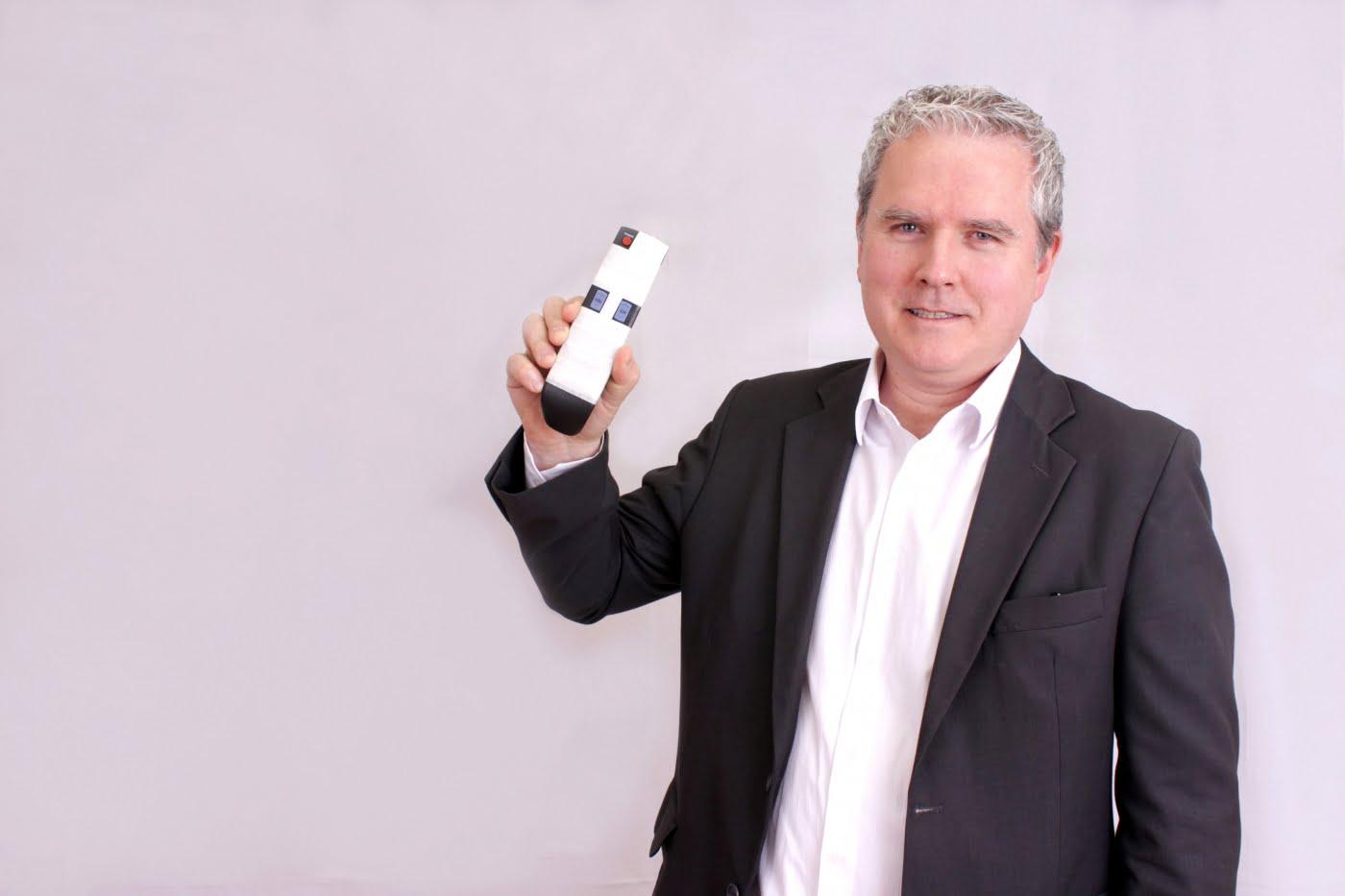 """Martin Henkel é estudioso do consumidor acima dos 60 anos e mostra uma invenção """"incrível"""": um controle remoto com apenas quatro funções (as únicas que importam). É hora de você pensar em quem tem mais de 60 anos: você está preparado?"""