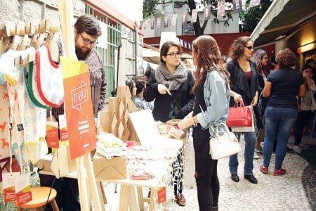 Pedro e Lívia interagindo com clientes nas muitas feiras de comércio justo que participam.