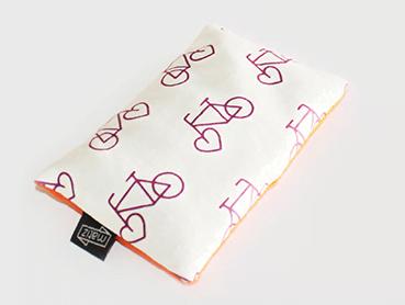 A almofada de erva doce com camomila em malha de algodão e tinta à base de água (49,90 no site), da Matiz.