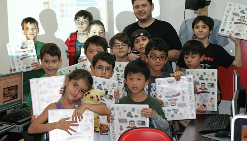 """Marco cercado de alguns dos """"supergeeks"""" na unidade da Vila Mariana, em São Paulo. A escola abriu graças ao pagamento das primeiras matrículas, pois eles não tinham capital para investir."""