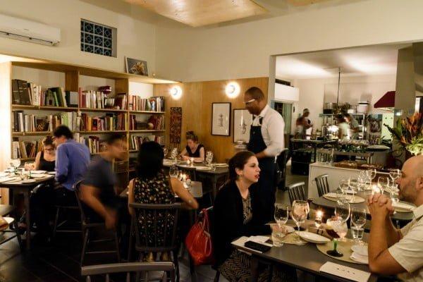 No Clandestino, o salão é integrado à cozinha, os chefs vêm à mesa trazer os pratos, o menu é fixo e o pagamento é antecipado: você só chega e come.