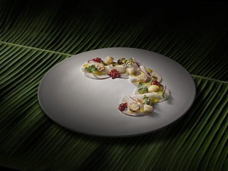 Um dos pratos do menu Bioma, representando a Amazônia: picles de pupunha com creme de pupunha, gelatina de cambuci e azeite de taioba.