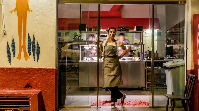Bel Coelho à frente do Clandestino, seu restaurante que funciona apenas uma semana por mês. E dá lucro. (foto: Lucas Terribili)