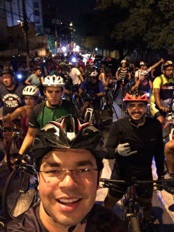 André e os amigos ciclistas numa pedalada por São Paulo. Ele emagreceu 10 quilos depois de adotar a bike.