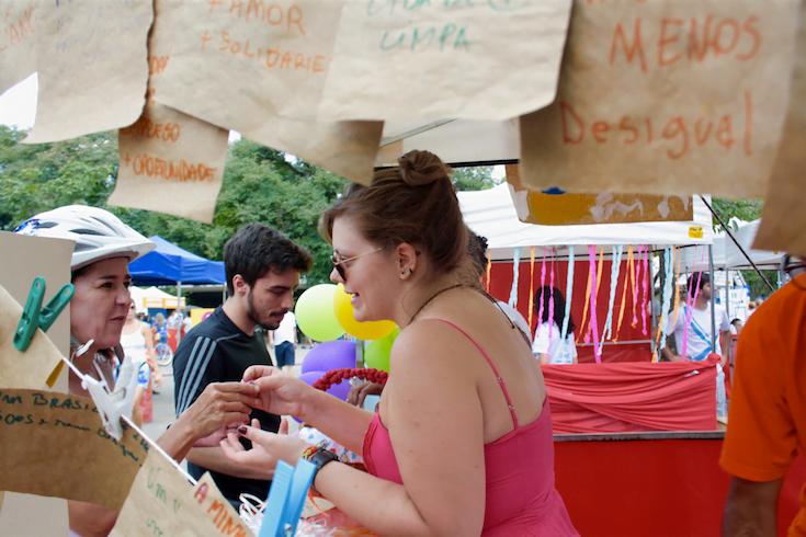 On e offline: a coordenadora de redes Amanda Segnini numa ação de rua.