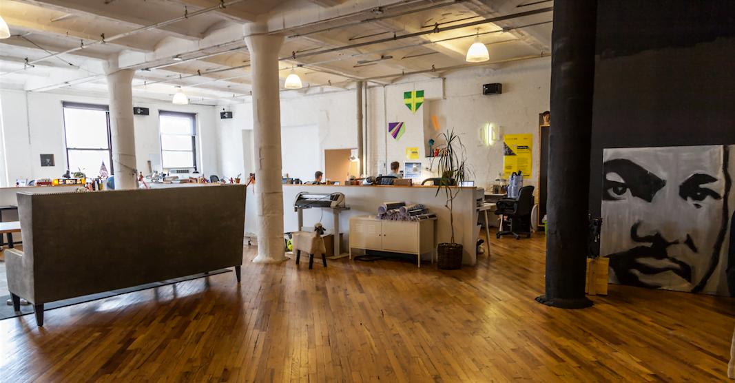 Acima, o estúdio da Questto|Nó em Nova York, no Brooklyn.