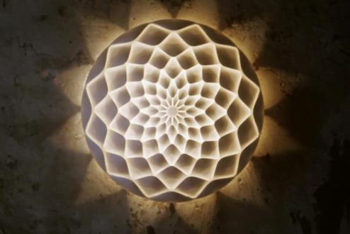 A luminária Dahlia, do artista finlandês Janne Kyttanen, é um exemplo da aplicação do design generativo.