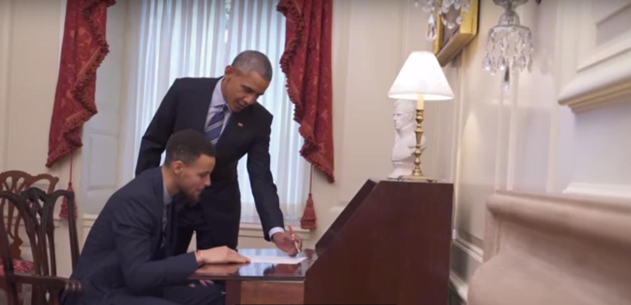 Barack Obama banca o mentor de Stephen Curry, jogador da NBA, no vídeo de divulgação de um programa de mentoria nos EUA.q