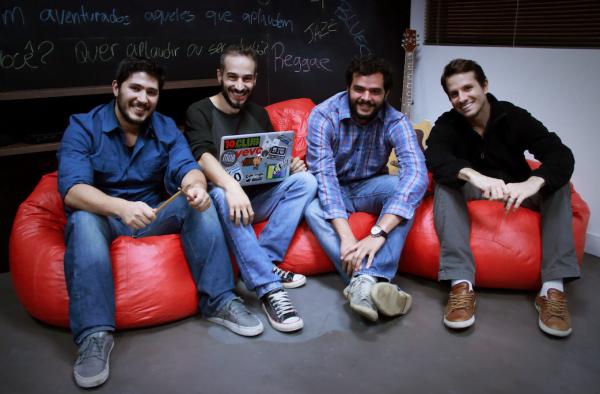 Acima, os fundadores da ClapMe: , , Filipe e . Eles recorreram a aceleradoras para se reinventar e sobreviver.