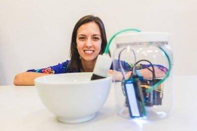 Samanta Fluture está desenvolvendo um dispositivo que pode ajudar a combater o mosquito da dengue (foto: Marcelo Paixão / Red Bull Content Pool)