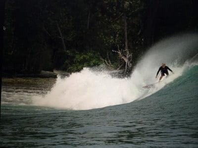 Marcelo na Indonésia. Há mais de 15 anos, a surf trip anual com os amigos é sagrada.
