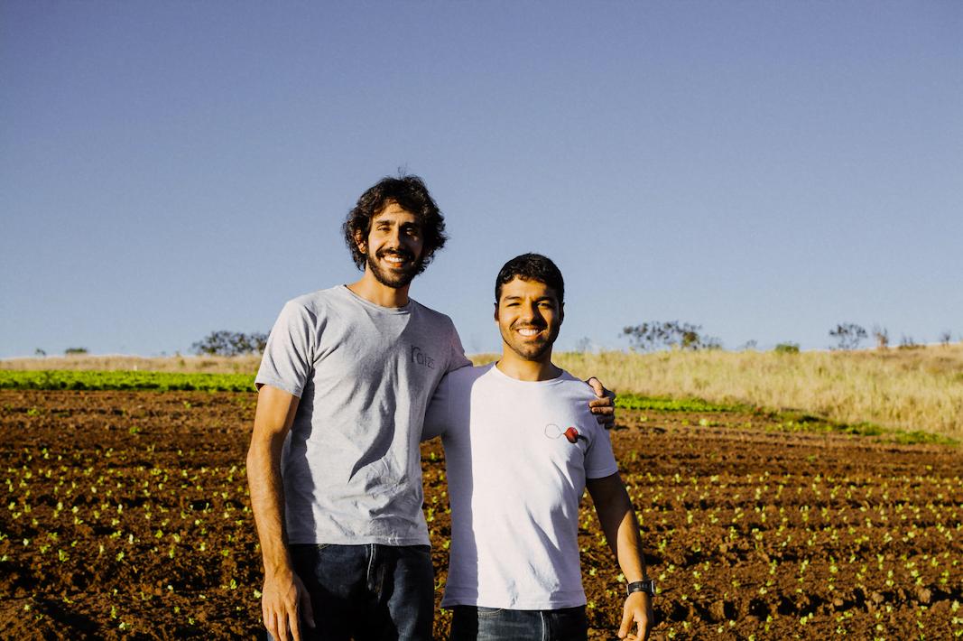 Tomás e Bruno, da plataforma de venda de orgânicos Raízs: sol na cara, negócio social plantado e começando a brotar.