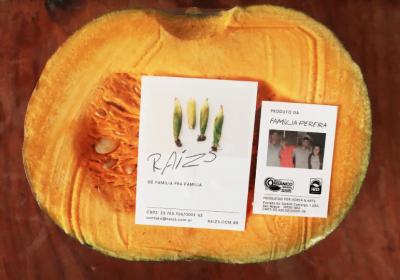 A foto da família produtora vai junto dos pedidos, que podem ser avulsos ou em cestas de assinatura mensal.