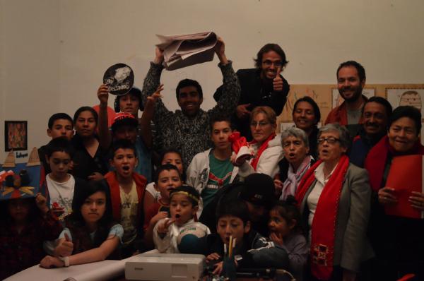 Ao fundo estão Dario, José Camilo e Diego, cercados por moradores de Belén, onde o projeto começou.