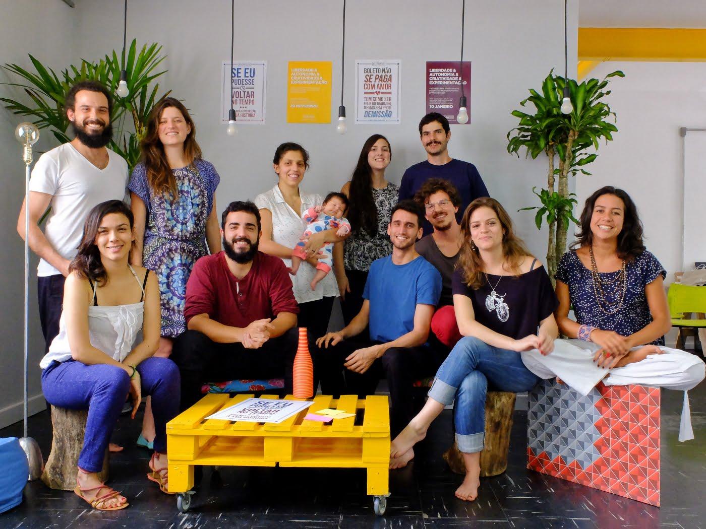 A equipe do Flowmakers em sua primeira casa em São Paulo. Rafael Ucha (o primeiro à esquerda) é um idealizadores dos ciclos de aprendizado