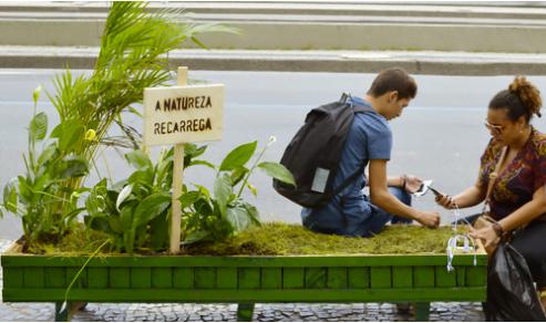 Senta para recarregar: um banco com paisagismo e carregador de celular foi um dos projetos recentes da Shoot.