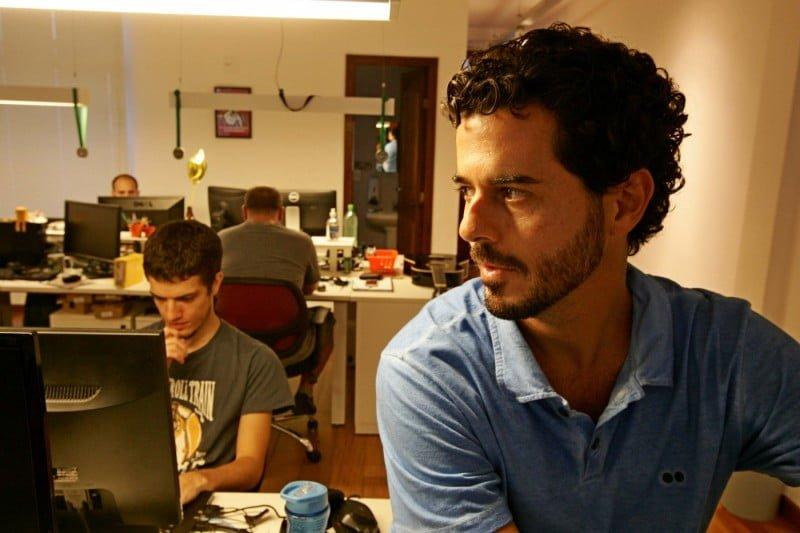 André no escritório da Estante Virtual. Ele aprendeu a programar sozinho para montar o site. Hoje, tem 60 funcionários (foto: Estefan Randovicz).