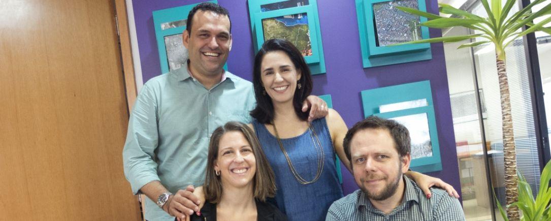 O fundador Vinicius, Julia (em pé), Patrícia e Felipe: parte do time Atina.