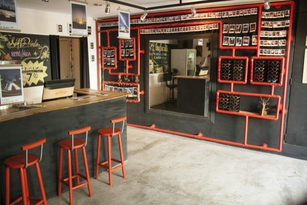 O susto de quase falir trouxe benefícios também: agora há um bar junto da loja.