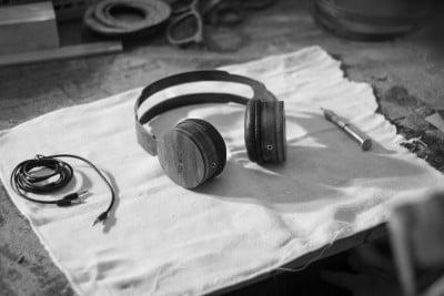 O headphones de madeira entraram de vez no catálogo: saem 379 reais, ante os cerca de 500 reais dos óculos.