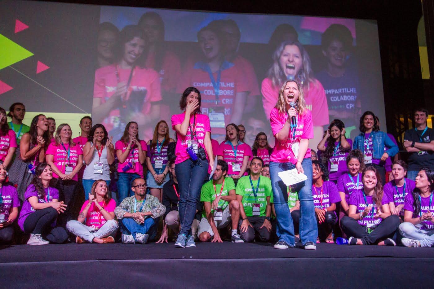 Carol de Andrade, a diretora, no palco do festival anual da Social Good Brasil.