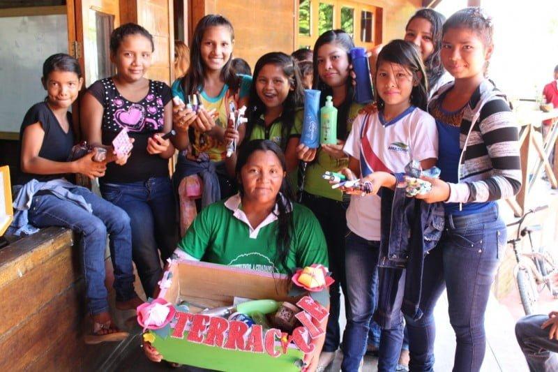"""A """"brigada"""" de coleta da Fundação Amazonas Sustentável é um dos exemplos: lá, reduziu o descarte de embalagens plásticas no meio ambiente."""