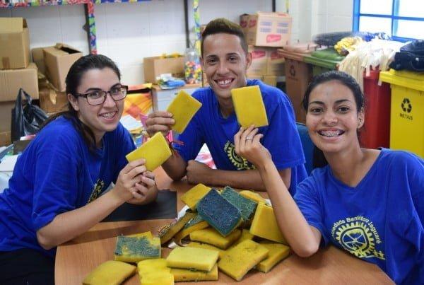 """A TerraCycle ajudou a 3M a desenvolver uma tecnologia de reciclagem da sua esponja líder de mercado. Na foto, o time Sociedade Benfeitora numa das """"brigadas"""" de coleta."""