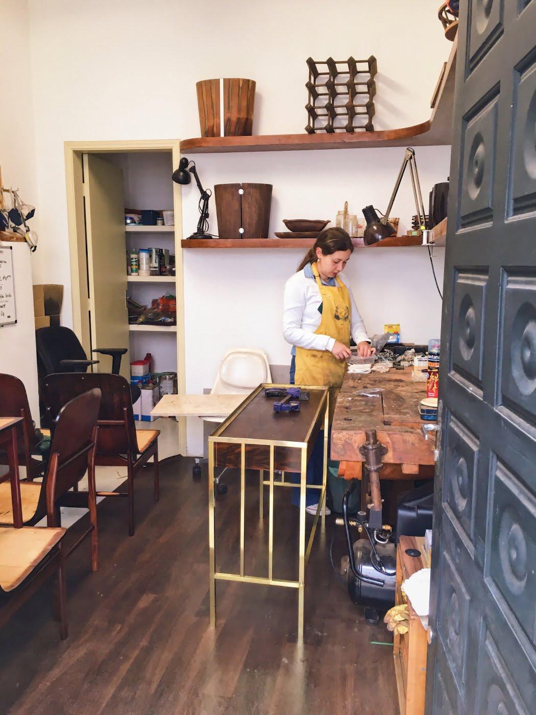 No novo endereço, o Apartamento 61 une oficina e showroom. Letícia Mendonça cuida da restauração dos móveis.
