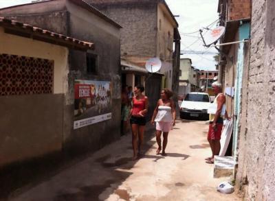 As placas ficam por 15 dias nas casas, os moradores recebem 100 reais pela ação. No fim, o painel é enviado para a reciclagem.