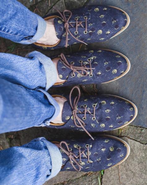 Uma das dificuldades da Insecta Shoes era, acredite, produzir uma grade completa de tamanhos com uma mesma estampa.