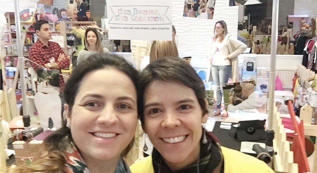 Anna e Andrea participando, com a Nem Boneca Nem Carrinho, de uma feira infantil.