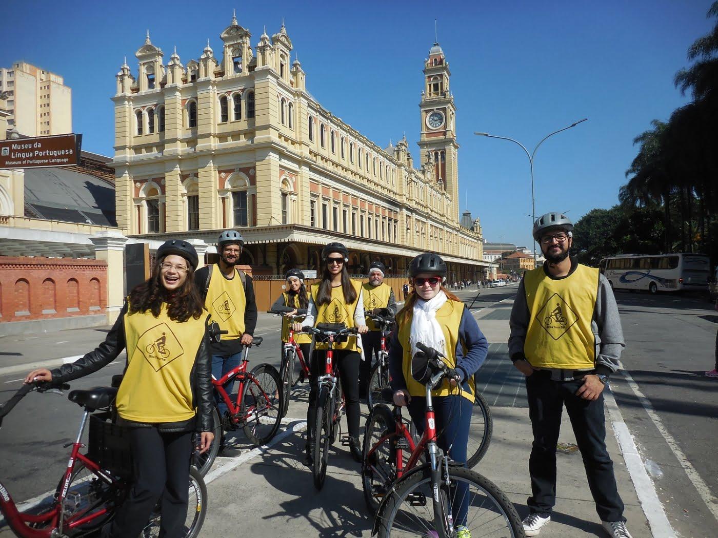 Há quatro anos, o Bike Tour pedala turistas e locais por pontos famosos de São Paulo.