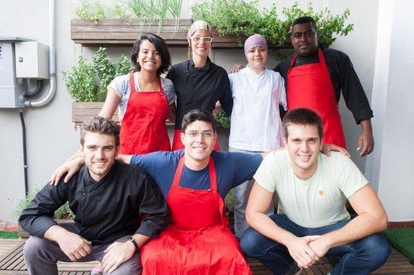 Parte do time da Liv Up: há três equipes, trabalhando em três turnos diários e produzindo 600 refeições por mês.