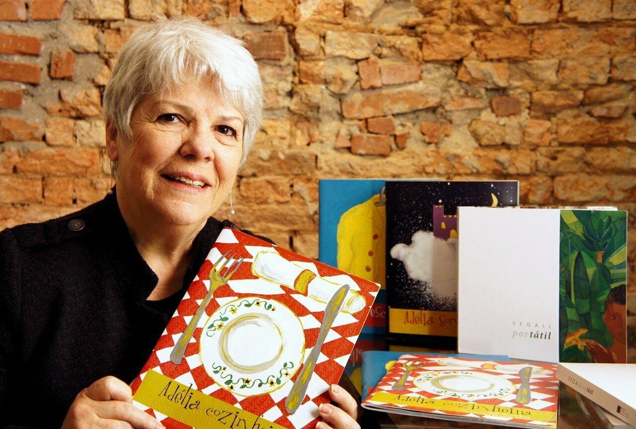 Wanda Gomes exibe alguns dos livros em braile que produz (foto: Fabio Brazil).