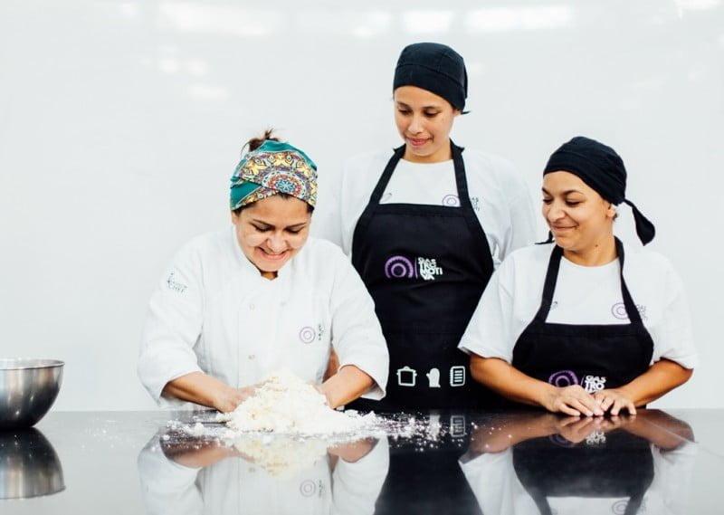 A Gastromotiva nasceu para dar cursos de formação a pessoas de baixa renda. Antes, restaurantes financiavam o projeto. Agora, marcas também ajudam.