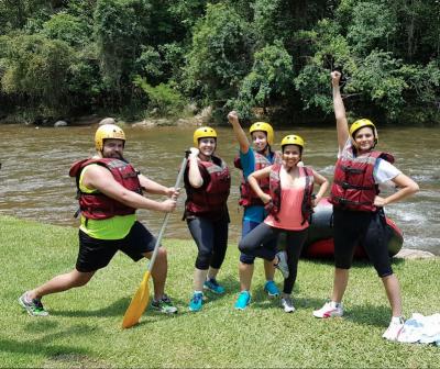 A equipe da Forebrain comemorou o crescimento em 2016 em um rafting.