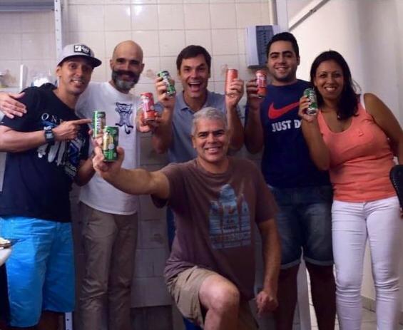 Gustavo (ao centro) e parte da equipe da Gloops.
