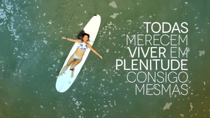 "A Avon foi a primeira marca a surfar junto com a Longarina, no projeto ""Remando Juntas"", voltado a mulheres."