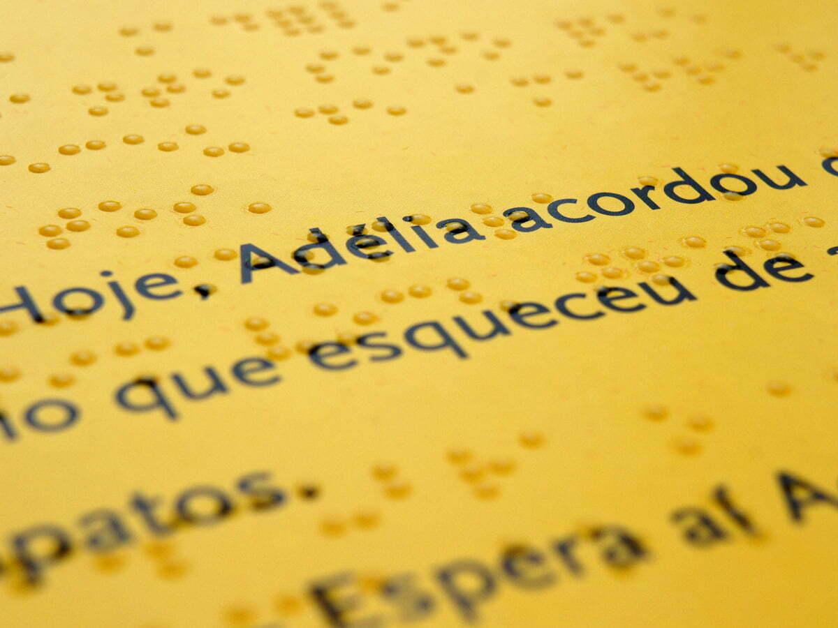 A tecnologia que a WG criou permite imprimir sobre os pontinhos em braille, tornando o livro acessível a quem enxerga e quem não enxerga.
