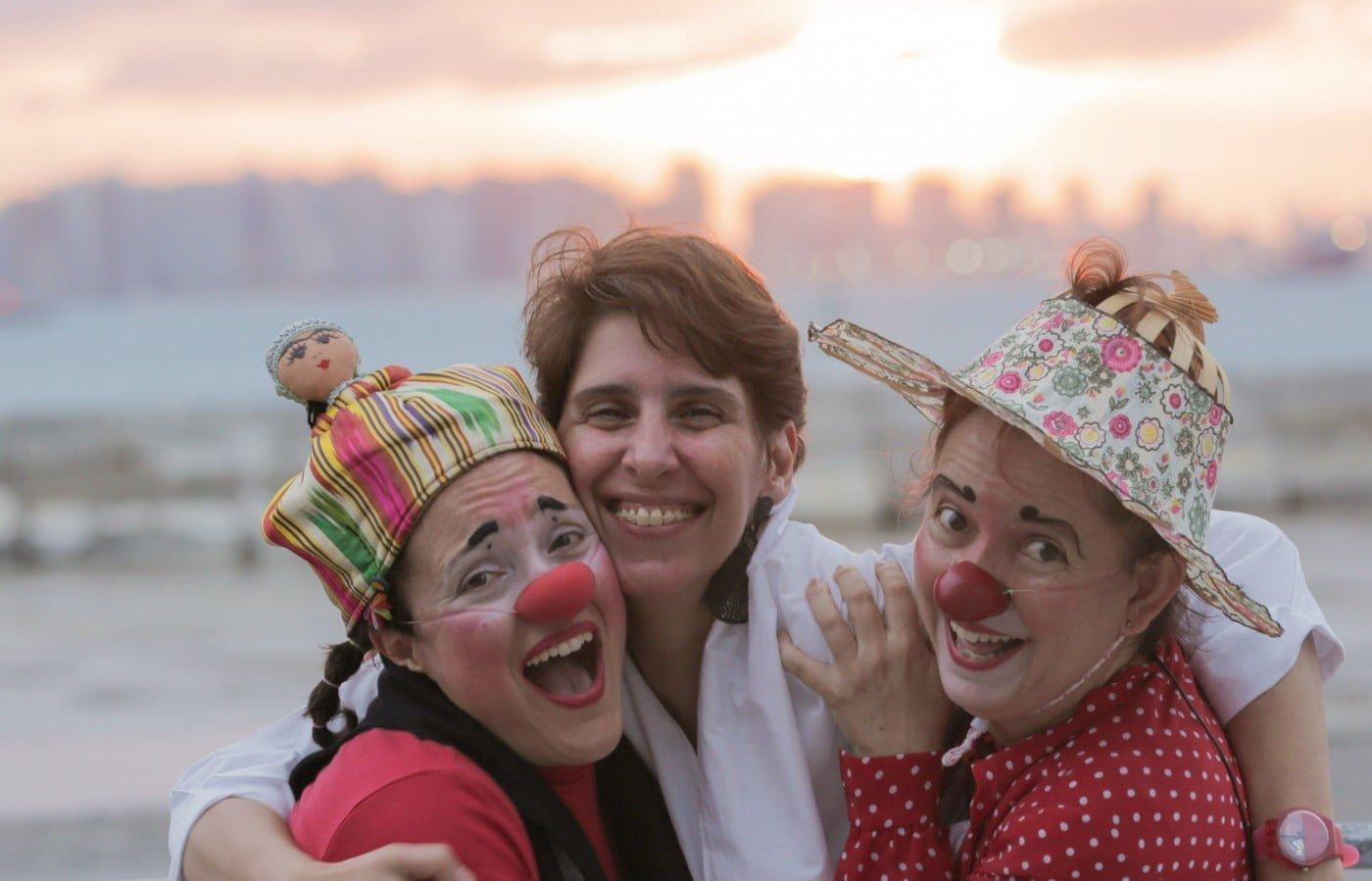 As sócias na nova empresa, Costuras do Invisível: Cris Chiofalo no meio das palhaças Consuelo (Nina Campos, à esquerda) e Solenta (Mônica Malheiros).