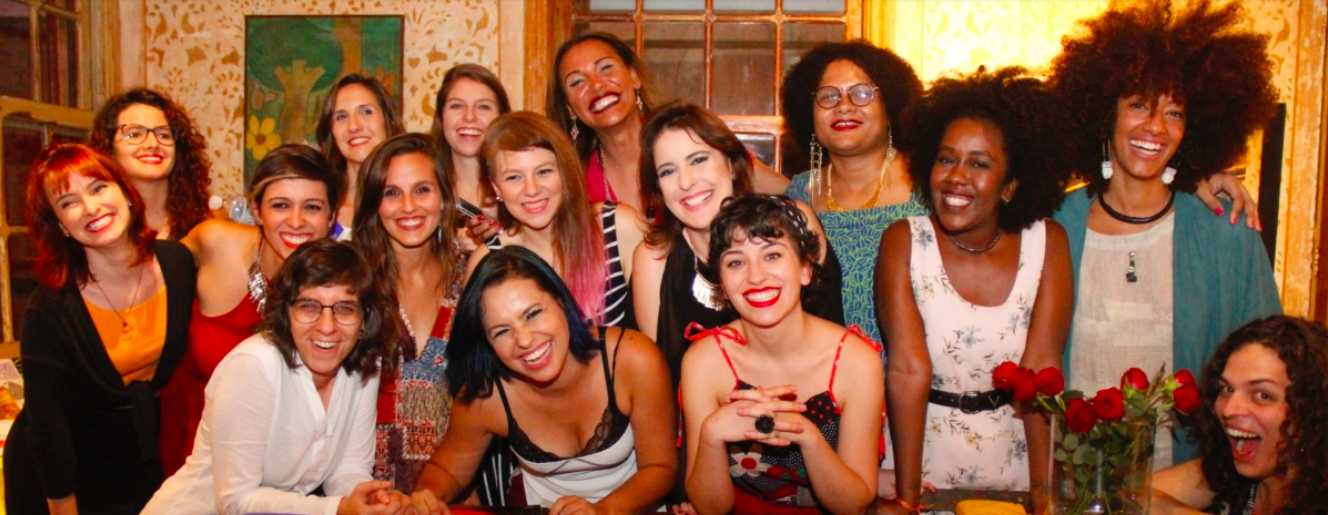 Na foto, a equipe de jornalistas e colunistas da Revista Azmina (Nana é a segunda da fileira da frente).