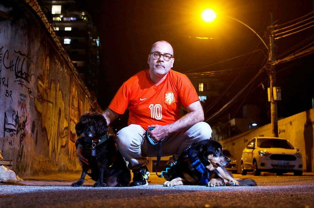 O advogado Marcelo Turra transformou suas cicatrizes em força para atuar de forma inovadora defendendo direitos humanos - e de animais. Na foto, com Zeca e Fubá.